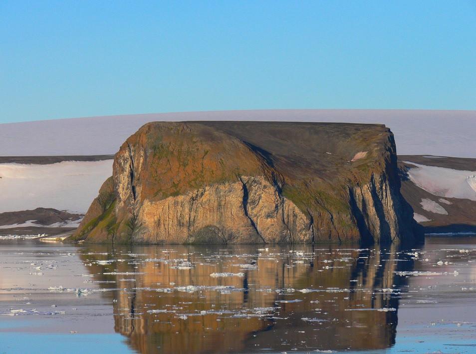 Скала Рубини, о. Гукера (вид с острова Скотт-Келти). Фото - М. Иванов.JPG