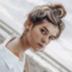 Jeune mannequin avec des taches de rouss