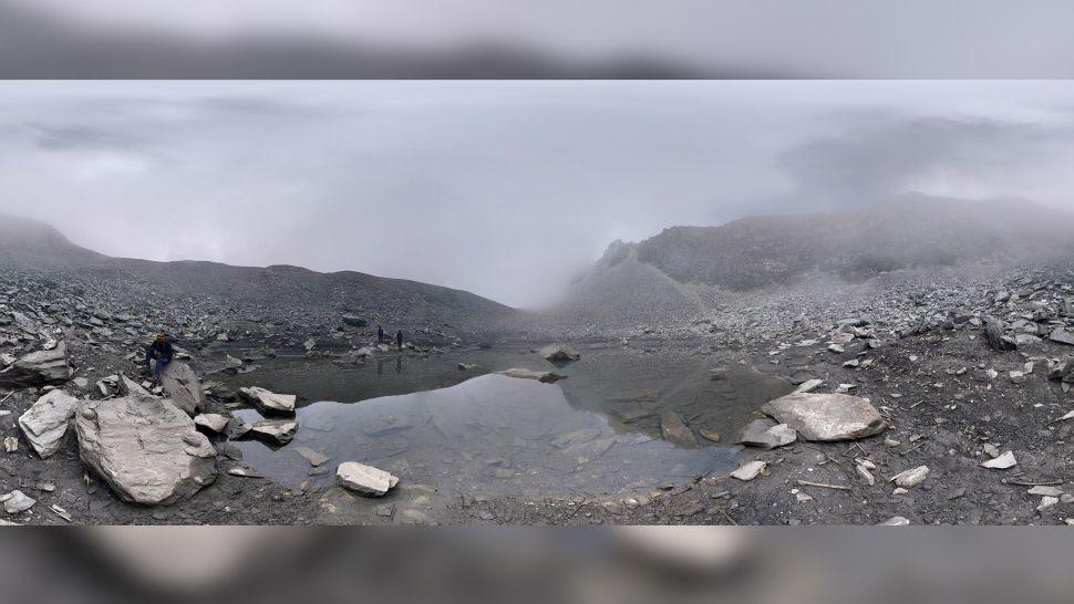Roopkund gölü, yaklaşık 40 metre çapında oldukça küçük bir göl. Ama bu küçük göle bağlanmış yüzlerce büyük hikaye var . (Görsel: Awanish Tirkey/Shutterstock)