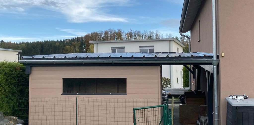 Couvert à toiture inclinée