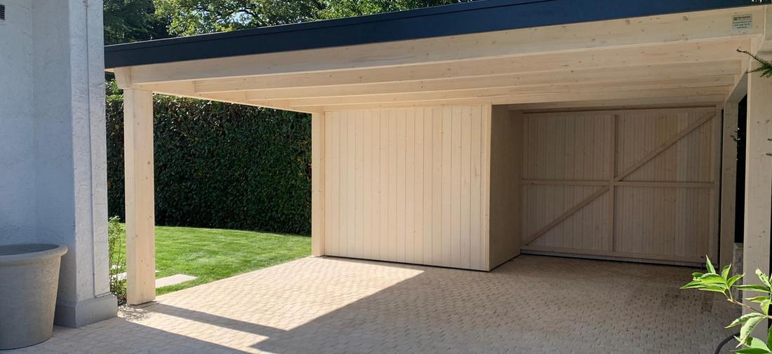 Couvert à toit plat avec local de rangement