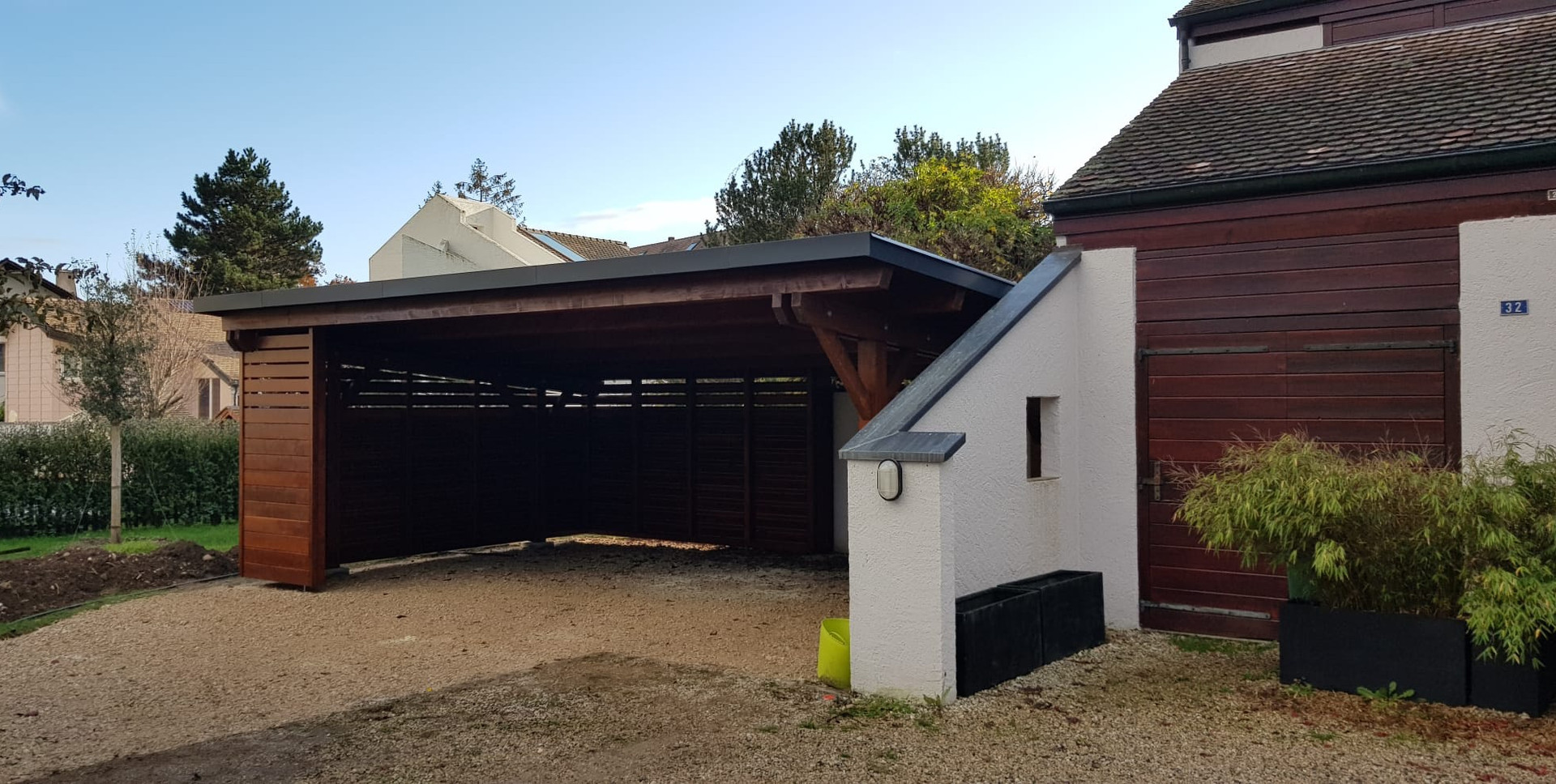 Carport à toiture inclinée