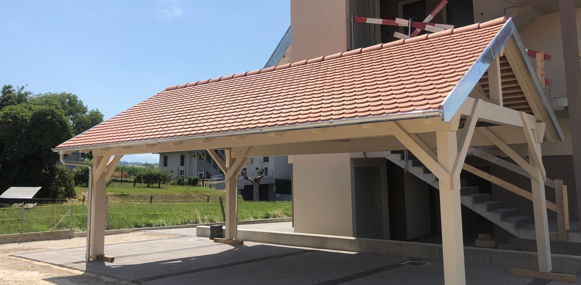 Couvert à toiture deux pans