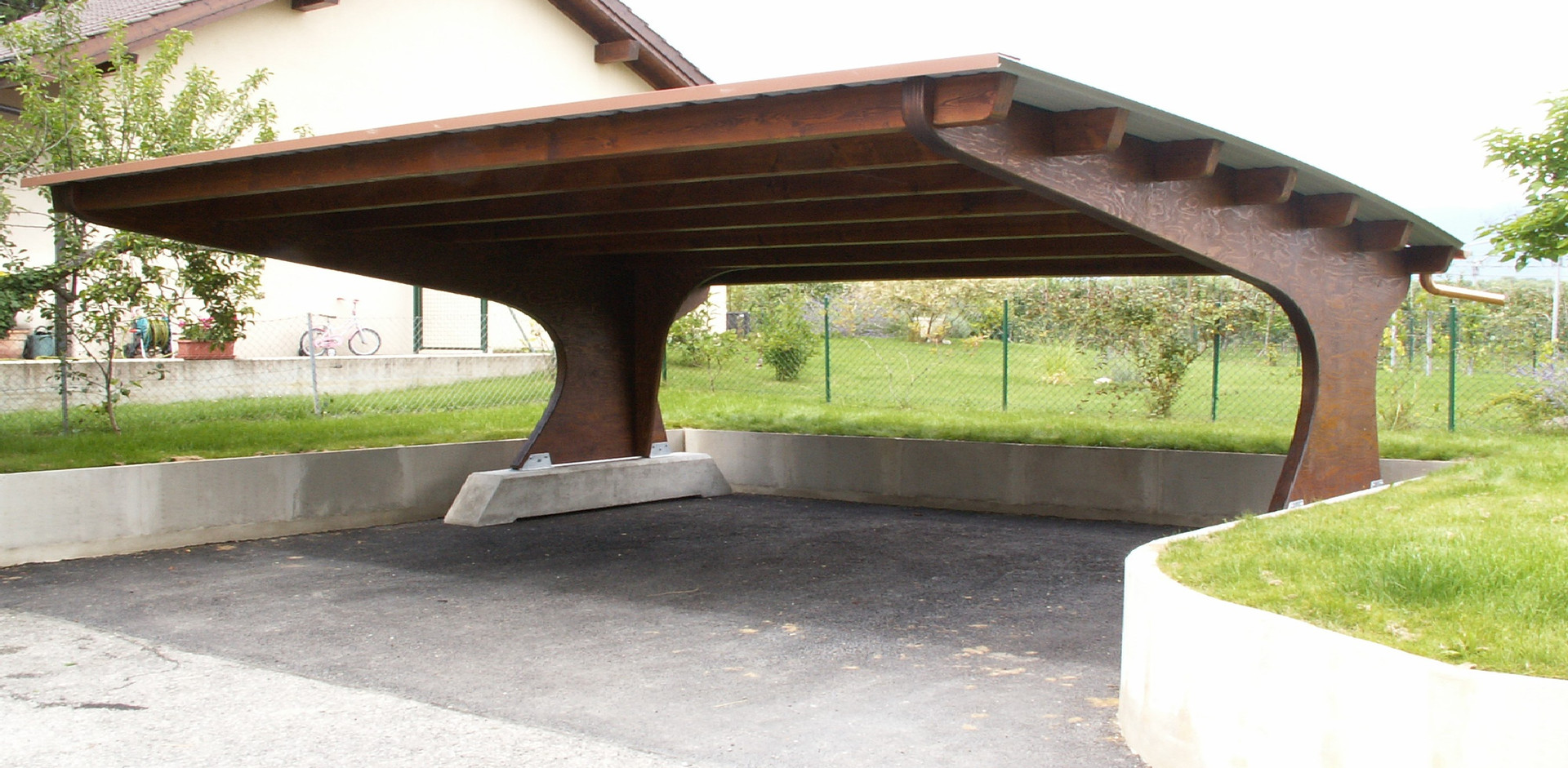Carport à toiture cintrée