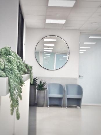 Apvalus veidrodis recepcijoje.jpg
