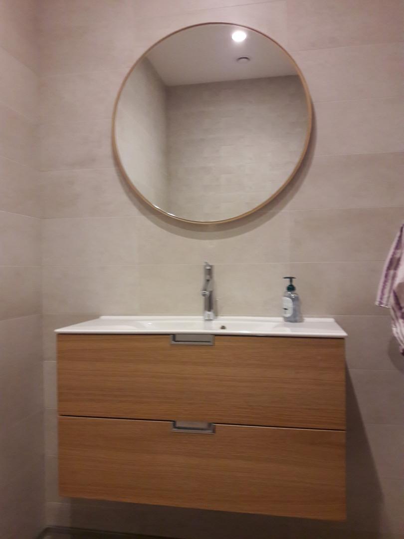 Apvalus veidrodis tualete.jpg