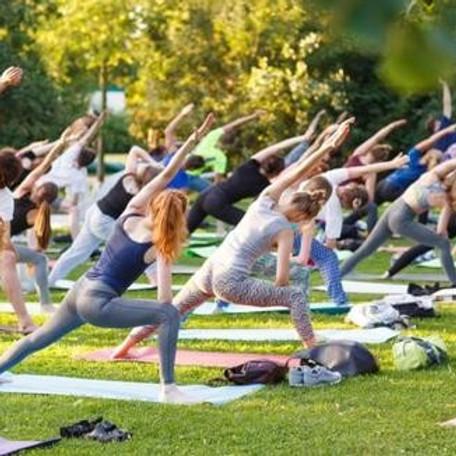 Yoga dans le parc à Morges