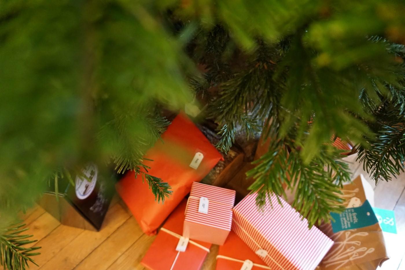 Cadeaux au pied d'un sapin de Noel