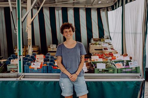 Nadine Kessler bei ihrer Arbeit auf Rosis Wochenmarkt in München