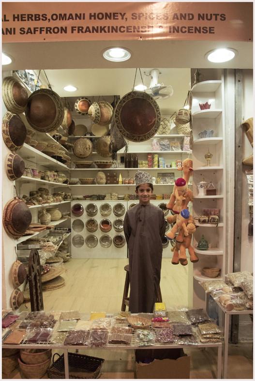 Prodotti di artigianato realizzati con foglie di palme al mercato