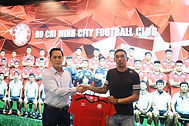 Nguyễn_Thanh_Thắng_Signs_for_HCMCFC.jpg