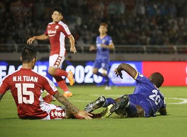 Hữu Tuấn Takes Toure's Legs Away.jpg