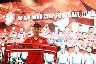 Phạm Văn Thành signs for City.jpg