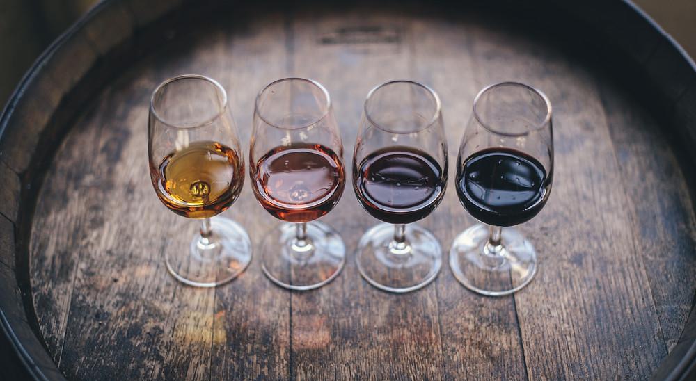 Quatre verres de vin : un blanc, un rosé, un rouge, et un rouge corsé
