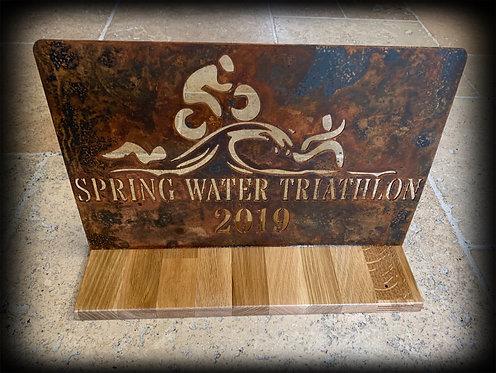 Pokal auf Holzplatte