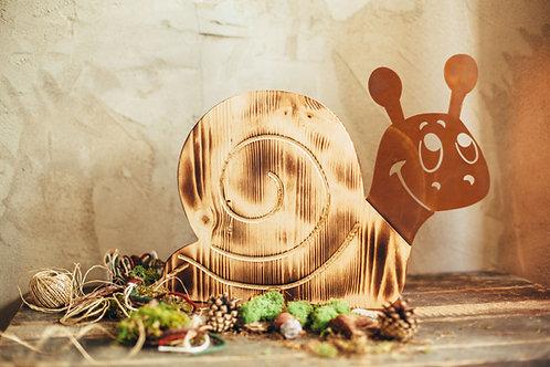 Holzschnecke auf Platte