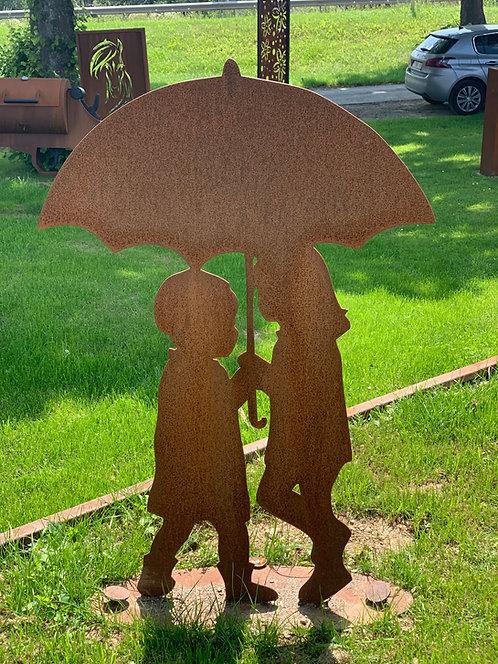 Kinderpaar mit Regenschirm