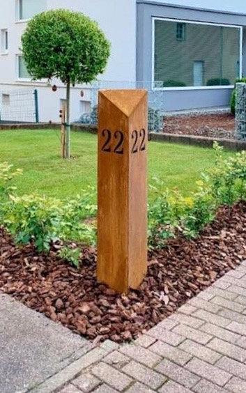 Säule mit Hausnummer
