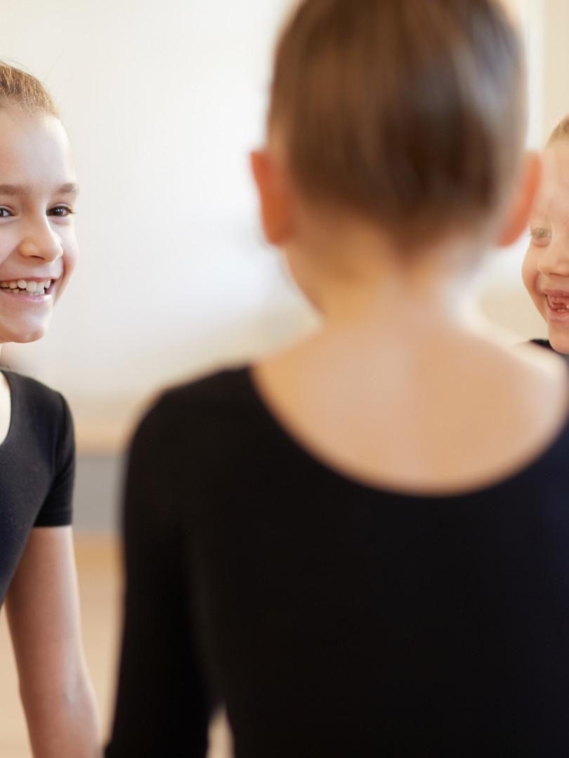 girls-giggling-in-dance-class-R2JK5S3.jp