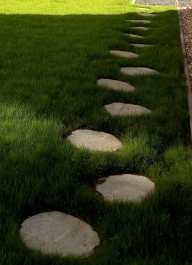 Šlapáková cestička v zahradě