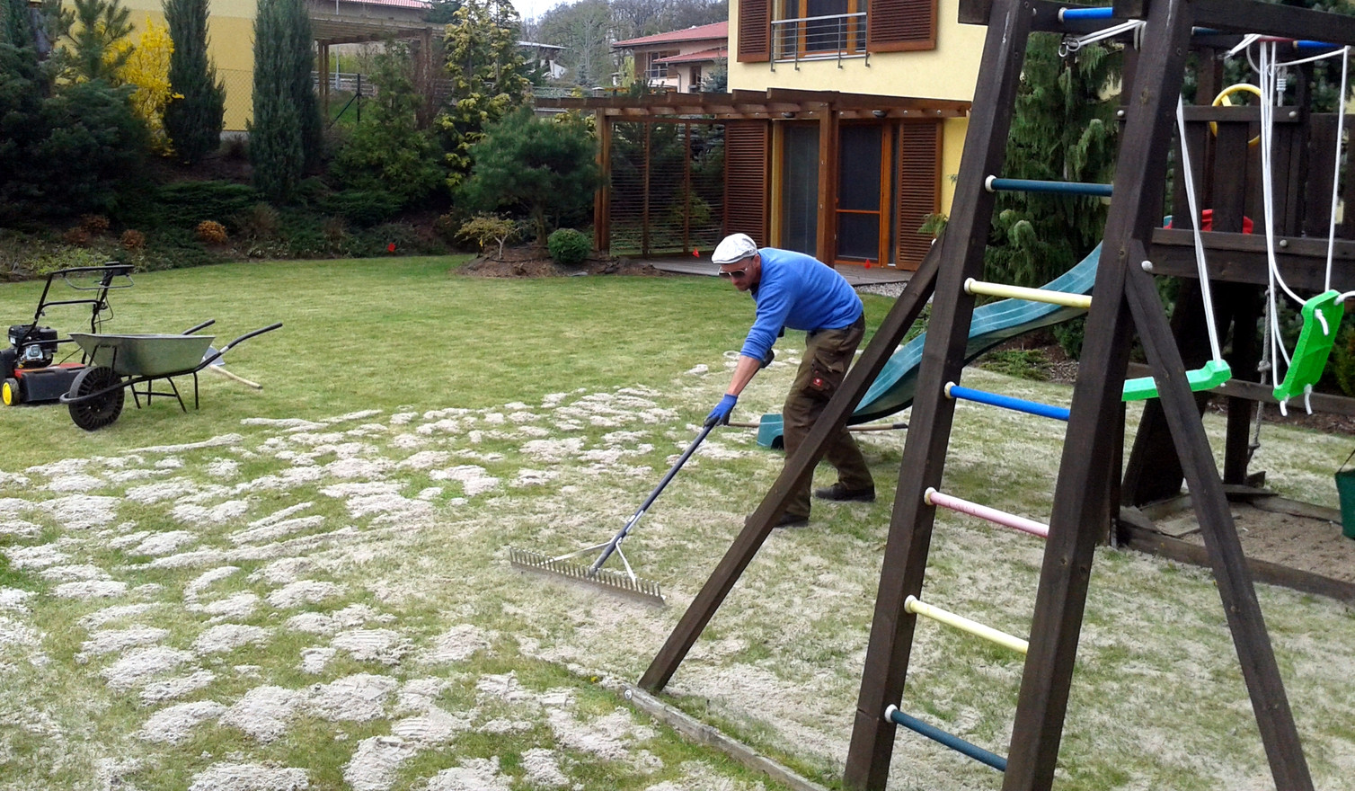 Pískování trávníku