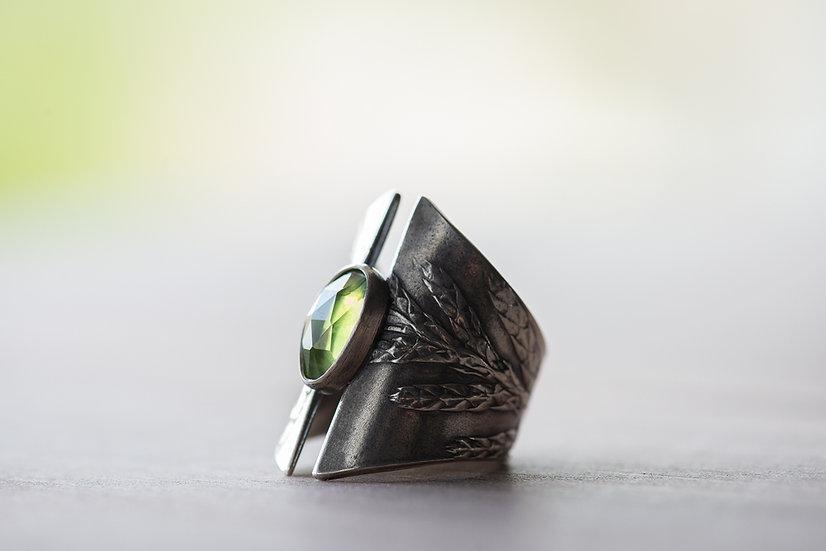 Cedar & Peridot Shield Ring - Sterling Silver - Size 6.5 - 7