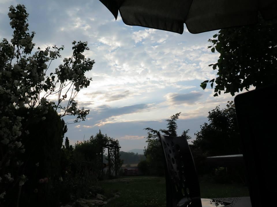 puesta_de_sol_en_jardín_con_sillas_15.jpg