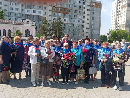 Возложение венков и цветов к памятнику и плитам с именами погибших