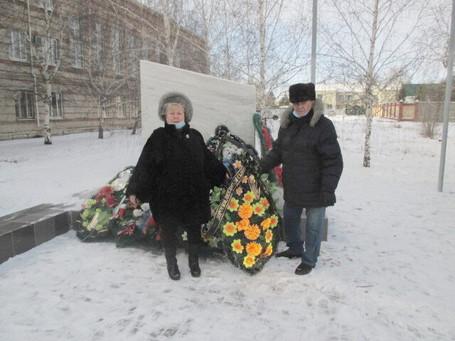 В День Героев Отечества в г. Карталы Челябинской области возложены цветы.