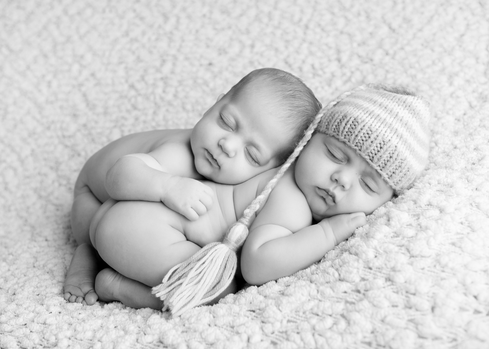 Newborn boy girl twins natural newborn posing on her back by on the treetop photography
