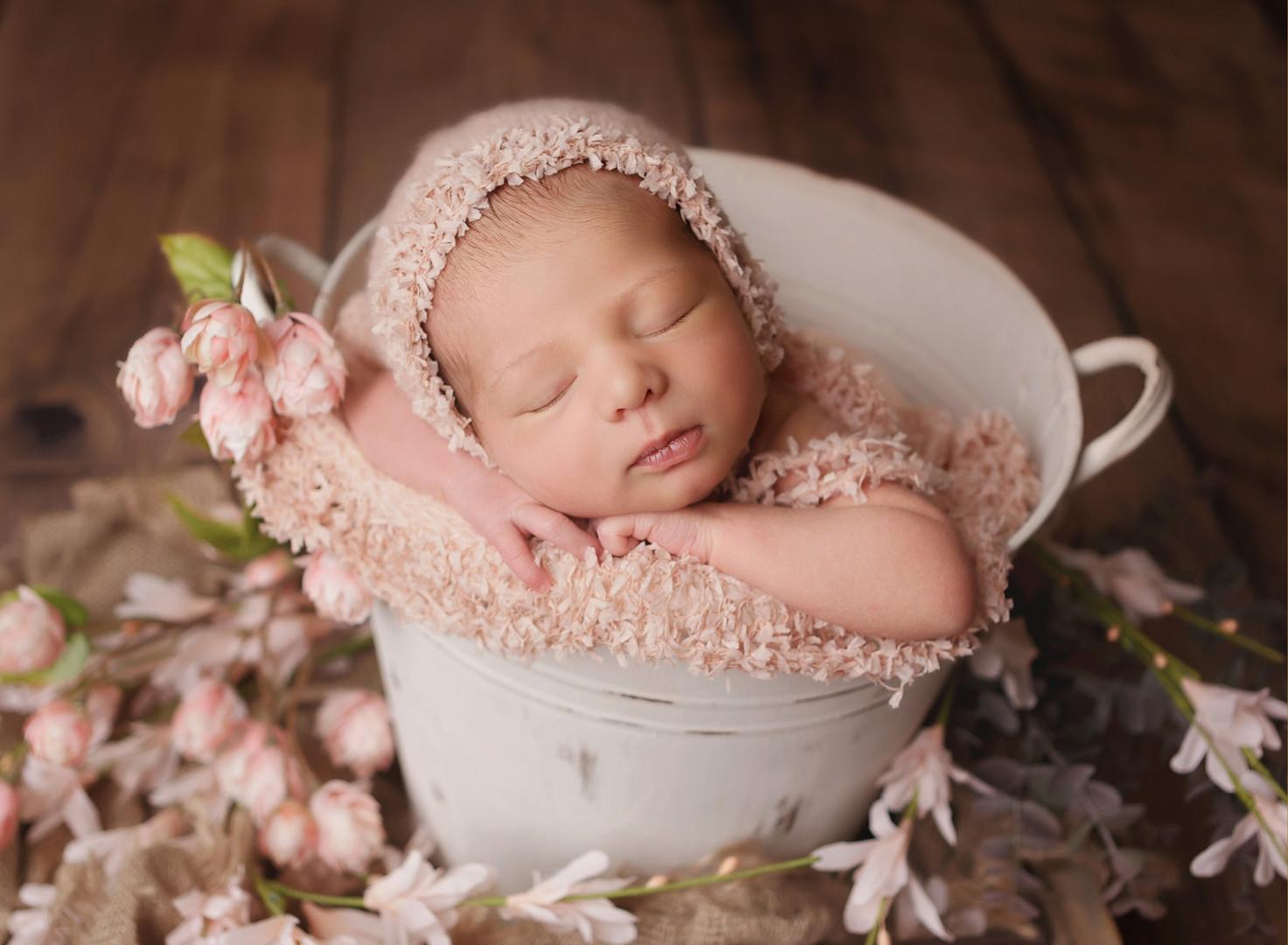 newborn-photograper-bucket-pose-aliso-vi
