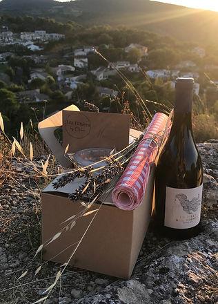 Panier gourmand et bouteille de vin