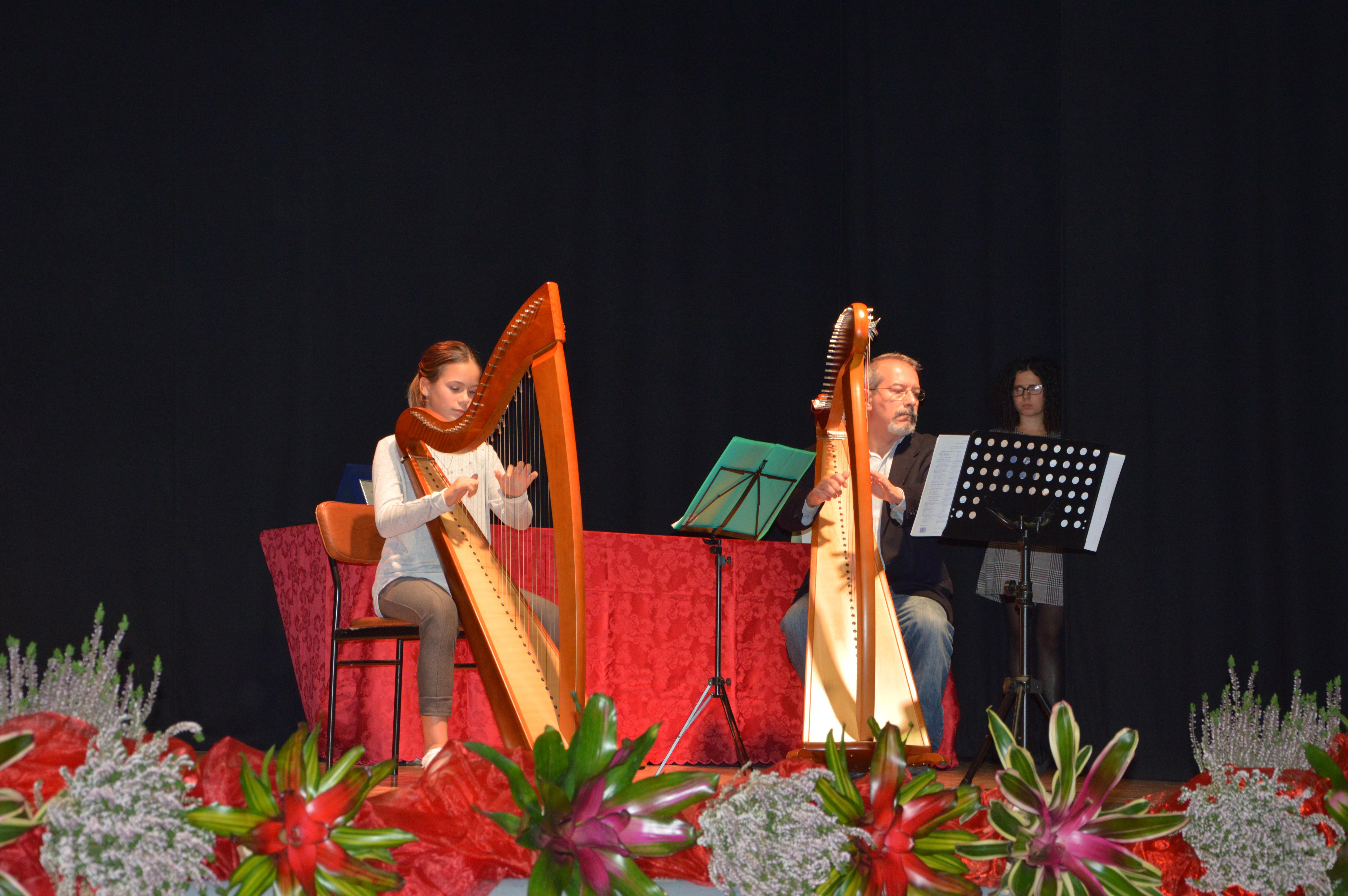 Beatrice suona l'arpa con il suo maestro