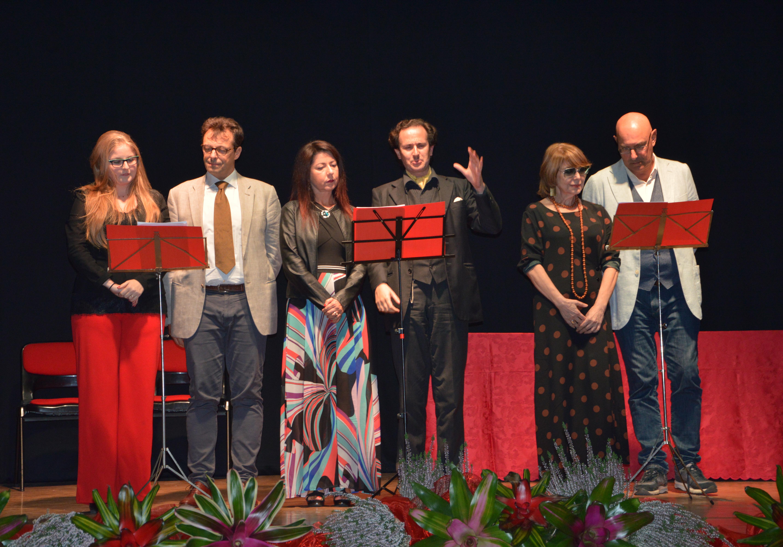 I sei attori danno voce al testo