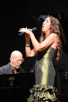 Danila Satragno accompagnata dal pianist