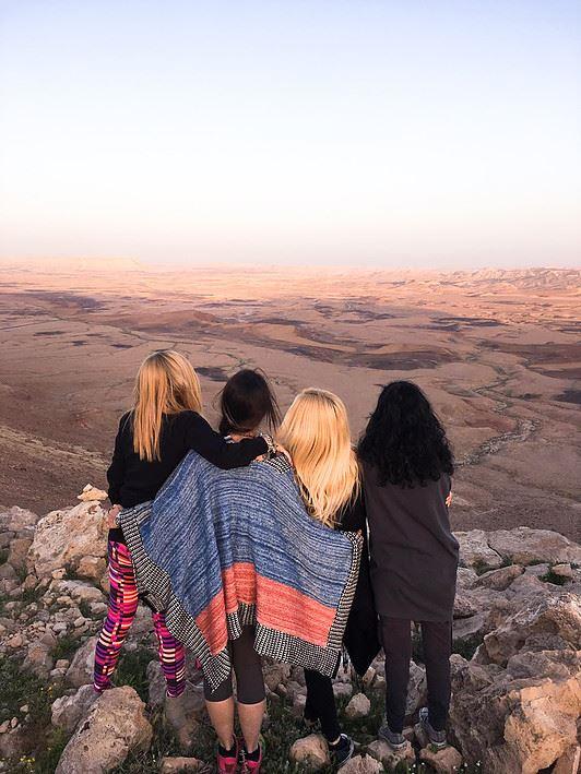 לי גילי ומירית - סטודיו לצילום בתל אביב.