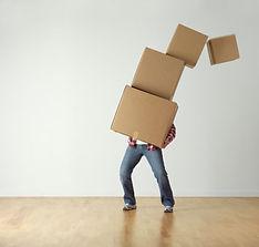 hombre con cajas.jpg