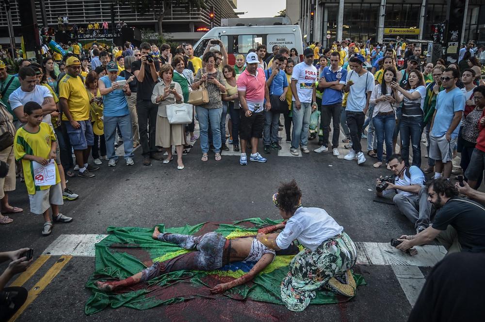 """O vermelho-sangue sobre o corpo negro não é uma metáfora. É realidade. Artistas que protestavam contra a violência nas periferias foram obrigados a sair da avenida Paulista neste domingo de protestos """"pacíficos"""""""