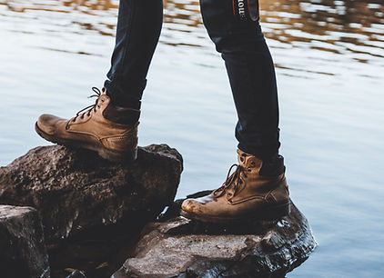 Hombre con botas de montaña