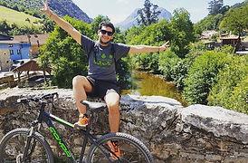 chico feliz en la Senda del Oso Asturias