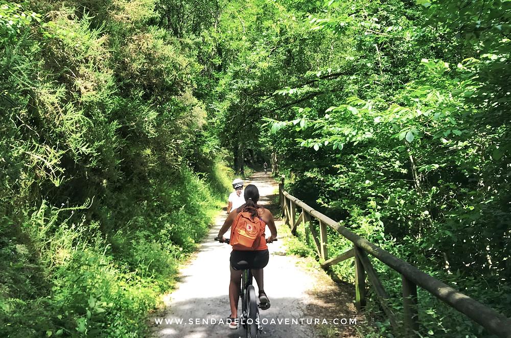 Chicas en bici por la Senda del Oso