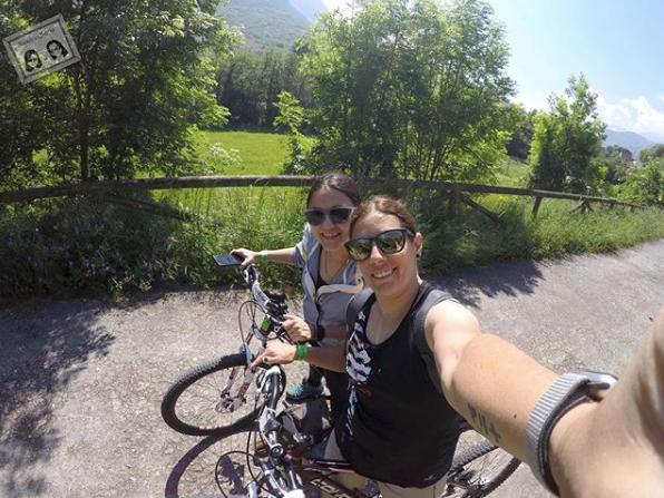 Clientes de TeverAstur realizando la Senda del Oso en bici