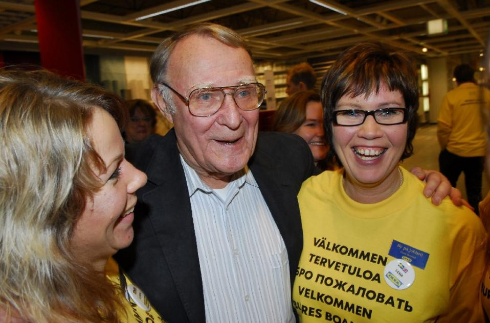 Ingvar Kamprad (C) poses with two of his employees during the opening of an IKEA store in Haparanda in northern Sweden on November 15, 2006 (AFP Photo/Thord Nilsson)