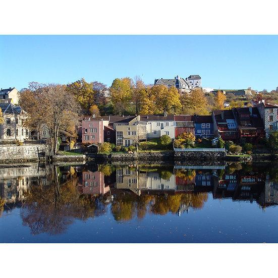 Nidelva ved Kristiansten Festning i bakgrunnen –Trondheim, NORWAY