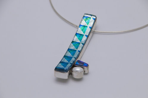 Curved dichroic pendant with pearl