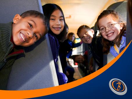 Como transportar crianças pequenas no ônibus?