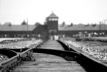 מסילת אכבת ושער הכניסה לאושויץ בירקנאו