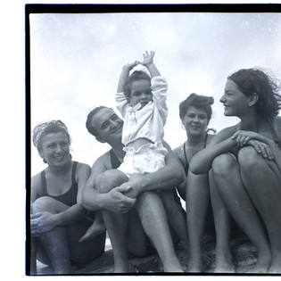 Bundi & son Tommy with mother Finy (on the left) at Bat Yam beach, 1941-42