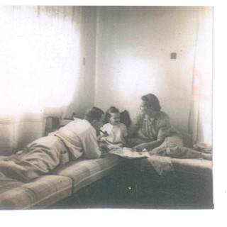 אנדרי, אשתו פיני ובנם טומי בדירתם הראשונה בישראל, רחוב שינקין 20 תל אביב, 1939