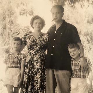 בונדי עם אשתו השנייה גינה ובניהם גיורא וערן, 1956